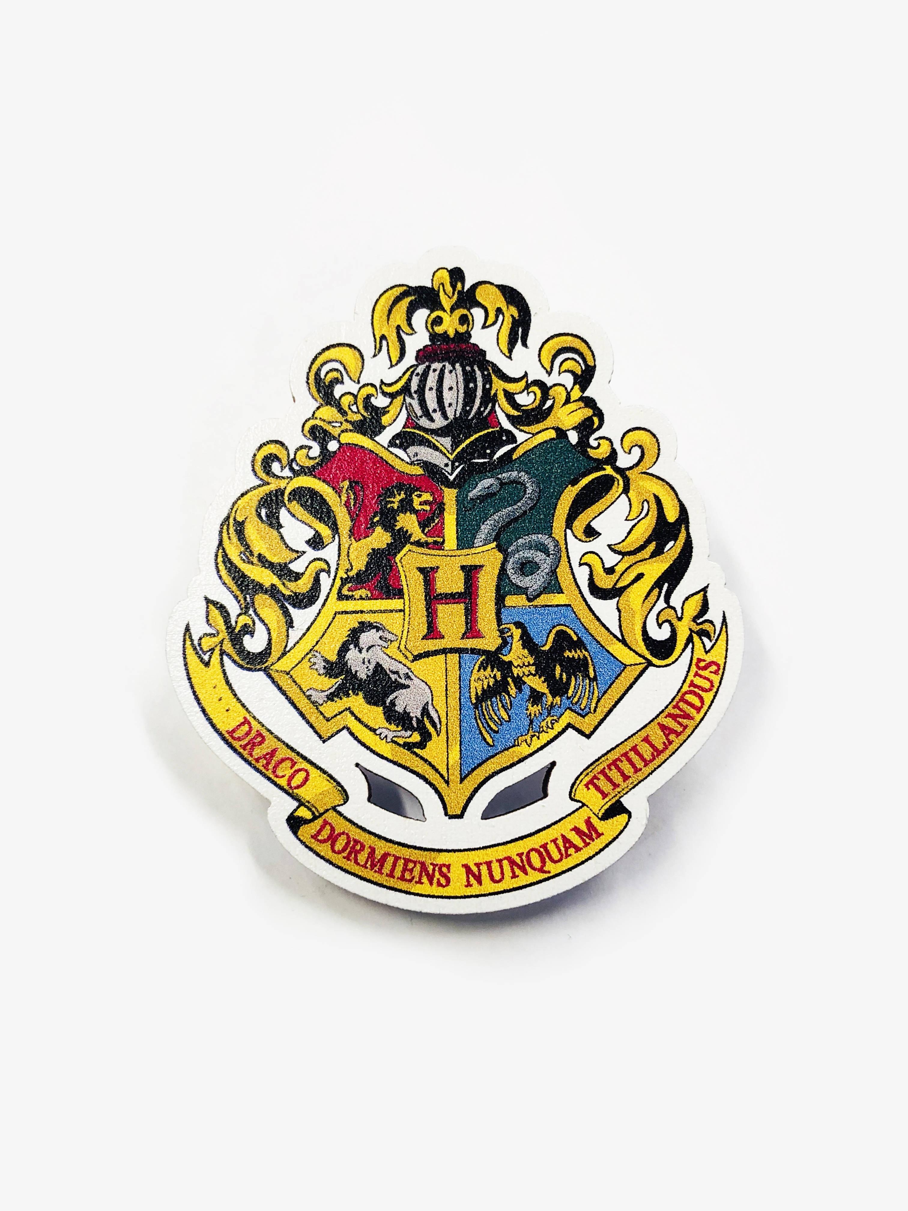Деревянный значок. Герб Хогвартса сувенир ohmypeter значок деревянный цветной peter hi в блистере omp40081